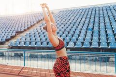 Красивый кавказский спортсмен девушки поднял ее руки вверх как победитель стоковые фотографии rf