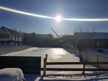 Красивый кран конструкции на строительной площадке на предпосылке солнца стоковые изображения