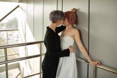 Красивый лесбосский обнимать пар Любовь и страсть между 2 девушками стоковое изображение rf