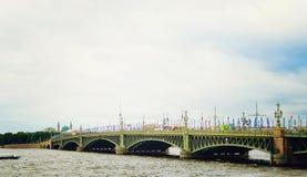 Красивый мост над рекой Neva в Санкт-Петербурге стоковое фото rf