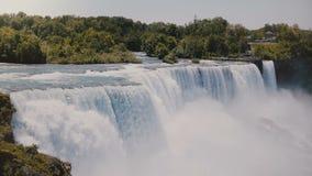 Красивый пейзаж предпосылки замедленного движения эпичного водопада Ниагарского Водопада течь вниз с пеной на солнечный летний де видеоматериал