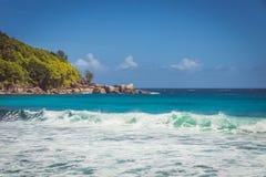 Красивый пляж с волнами бирюзы на острове Mahe, Сейшельских островах стоковые изображения rf
