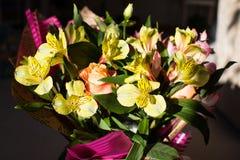 Красивый элегантный букет весны лета с розами и alstroemerias стоковое изображение
