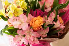 Красивый элегантный букет весны лета с розами и alstroemerias стоковое фото rf