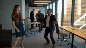 Красивый человек и сексуальная женщина в танцах офиса после выигрывать праздновать дела сток-видео