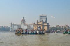 Красивое ворот Индии около гостиницы дворца Taj на гавани Мумбай с много мол на Аравийском море стоковое изображение