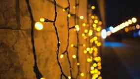 Красивое освещение от ламп Абстрактные внезапные пирофакелы Улица ночи праздничная Предпосылка для надписи сток-видео