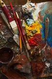 Краски искусства, палитра, чистят карандаш щеткой стоковая фотография