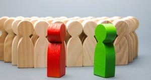 Красная и зеленая стойка людей перед толпой 2 оппонента Спор конфликта интересов Поиск для компромиссов социально стоковая фотография