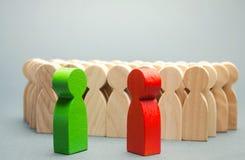 Красная и зеленая стойка людей перед толпой 2 оппонента Спор конфликта интересов Поиск для компромиссов социально стоковое изображение rf