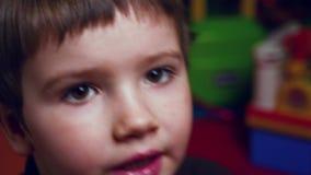 Красная камера в руках молодого кинорежиссера Глаза preschool студента Оборудование средств массовой информации Предпосылка Aniam сток-видео