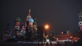 Красная площадь, немногие автомобили такси управляет за Кремлем и церковью базилика, зимой, ночью сток-видео