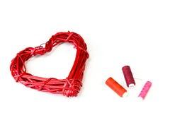 Красные плетеные сердце и катышкы потока стоковые изображения