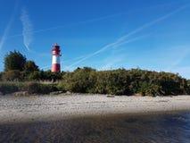 Красный и белый маяк против голубого неба стоковое фото rf