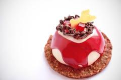Красный и белый десерт с украшением шоколада, красным студнем и основанием печенья стоковые фотографии rf