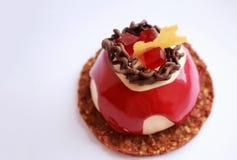 Красный и белый десерт с украшением шоколада, красным студнем и основанием печенья стоковое фото