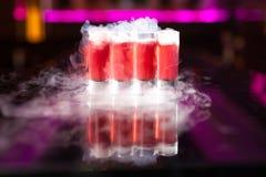 4 красных съемки коктейля с дымом на отражательном зеркале стоковая фотография rf