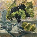 Крася зеленые голубые виноградины в вазе иллюстрация штока