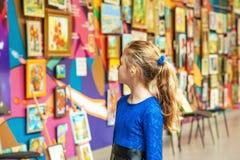 Красота и сумасшествие случались искусство обезумевшего просмотра молодой дамы художественное в музеях народного искусства стоковое фото rf