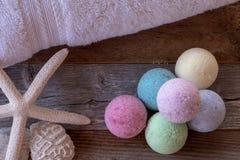 Красочные бомбы ванны на выдержанной древесине стоковые фото