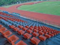 Красочные пластиковые места на стадионе стоковое изображение rf
