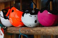 Красочные шлемы лыжи стоковые изображения