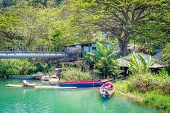 Красочные шлюпки путешествия, рыбацкие лодки и сплоток на речном береге стоковое изображение rf
