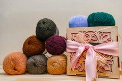 Красочные различные шарики потока пряжи ткани Строка длинных широких сложенных шерстей на поле коробки глубины Деревянная коробка стоковое изображение