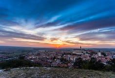 Красочный заход солнца над городом Mikulov, Моравия осени, чехия стоковая фотография rf