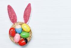 Красочный кролик уха пасхальных яя и зайчика пасхи в гнезде корзины стоковая фотография rf