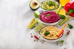 Красочное hummus hummus, закуски vegan, бураков и авокадоа, вегетарианец есть, предпосылка космоса экземпляра стоковое изображение