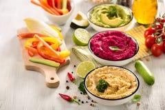 Красочное hummus с hummus овощей, закуски vegan, бураков и авокадоа, едой вегетарианца стоковые изображения