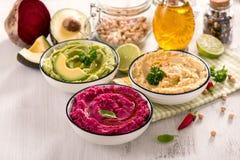 Красочное hummus, различное hummus погружений, закуски vegan, бураков и авокадоа, еда вегетарианца стоковое изображение rf