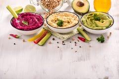 Красочное hummus, различное hummus погружений, закуски vegan, бураков и авокадоа, вегетарианский космос экземпляра еды стоковая фотография