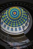 Красочное окно стеклянного потолка внутри большой церков собора поверх крыши стоковая фотография