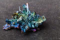 Кристаллы висмута на темной предпосылке Это наиболее сильно диамагнитный элемент и также самые тяжелые которые не радиоактивны стоковые фотографии rf