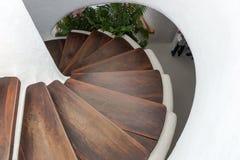 Круглые лестницы с темными коричневыми шагами стоковые изображения