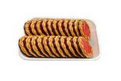 Круглые печенья с красным вареньем на белой предпосылке стоковое изображение