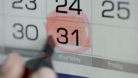 Круг и краска руки женщины над днем на календаре бумаги 31st день месяца акции видеоматериалы