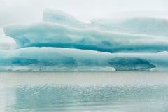 Крупный план айсберга в лагуне ледника Fjallsarlon, Исландии стоковые изображения