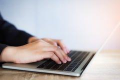 Крупный план бизнес-леди работая для нового проекта с ноутбуком на солнечном офисе стоковое изображение rf