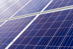 Крупный план на панелях фотоэлемента фотовольтайческих на заводе производства энергии стоковое фото rf