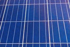 Крупный план на панелях фотоэлемента фотовольтайческих на заводе производства энергии стоковая фотография rf