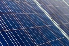 Крупный план на панелях фотоэлемента фотовольтайческих на заводе производства энергии стоковые изображения