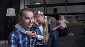 Крупный план счастливого выпуска облигаций отца и дочери сток-видео