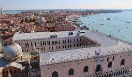 Крыша дворца дожей взгляда и лагуна Венеции, Италии стоковое фото rf