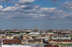 Крыши жилых домов и привлекательностей в центре Санкт-Петербурга Россия стоковое изображение