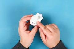 Кролик Diy от пасхальных яя на голубой предпосылке Идеи для подарка, оформление пасха, весна handmade стоковые фото