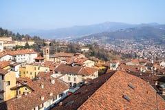 к северу от Бергама с церковью Sant Agata и Альп стоковая фотография