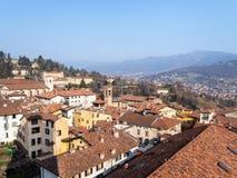 к северу от города Бергама с монастырем Sant Agata стоковое фото
